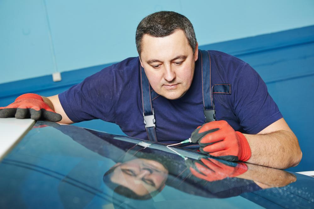 Autoglaser repariert Windschutscheibe