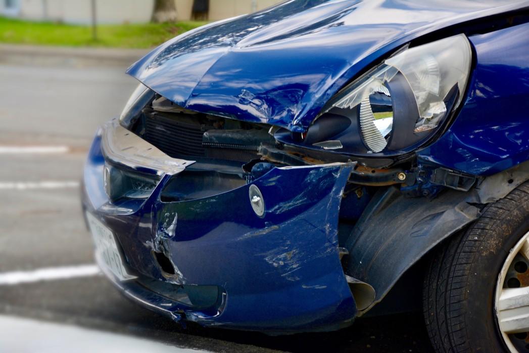 blaues Auto mit Frontschaden